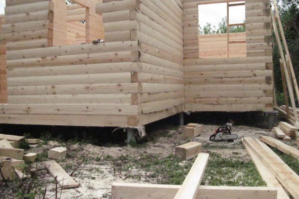 деревянный дом на винтовых сваях
